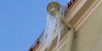 Varveklių atakos prasideda: žmonės raginami dažniau pakelti akis į namų stogus